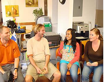 Conversational sessies vinden plaats iedere zaterdag om de school cafteria
