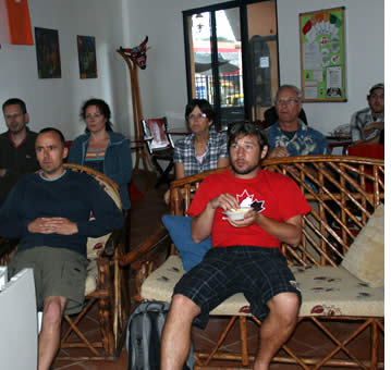Studenten kijken naar een film in het Spaans te winnen woordenschat en meer te krijgen acustomed andere accenten
